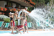 Am Pool spielende Kinder | Hotel Theresia