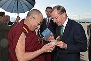 Verabschiedung des Dalai Lama nach seinem Salzburg Besuch am Flughafen durch Landeshauptmannstellvertreter Wilfried Haslauer. Foto: Franz Neumayr