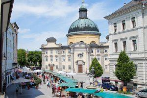 Schanzlmarkt: Markttreiben im Kaiviertel beim Kitsch, Kunst & Krempelmarkt am Kajetanerplatz