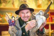 Der Künstler und Standbetreiber am Salzburger Christkindlmarkt Gerhard Oberholzner ist bekannt für seine Engelsskulpturen aus Keramik und Schwemmholz. Jedes Stück ist ein Unikat. Das Schwemmholz dazu sammelt Oberholzner eigenhändig an der Salzach. ©Foto: christkindlmarkt.co.at - Neumayr
