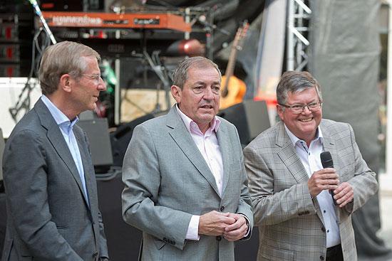 Landeshauptmann Dr. Haslauer, Bürgermeister Dr. Schaden und HINTERBRÜHL-Wirt Peter Bernhofer eröffneten das 10. Kaiviertelfest (©Foto: Wildbild)