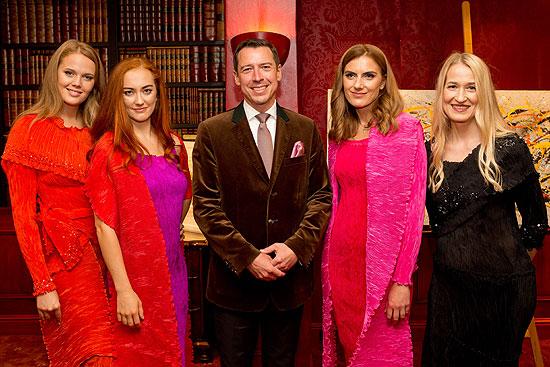 """Wolfgang Putz, Direktor Hotel Goldener Hirsch, Direktor, mit Modells, Cocktailempfang Knauf Jewels """"Haute Couture"""" Schmuck, Hotel Bristol, Salzburg Foto: Wildbild Günter Freund/Doris Wild"""