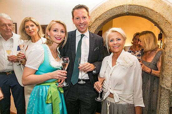 """Schmuck-Designerin Nathalie Knauf, Stefan Kirsch, Direktor Berenberg Bank, Unternehmerin Katharina Quehenberger beim Knauf Jewels Cocktail Foto """"Wild-Fotos"""""""